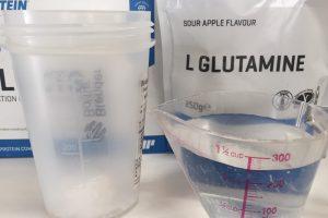 L-グルタミン「SOUR APPLE FLAVOUR(サワーアップル味)」を250mlの水に溶かします。