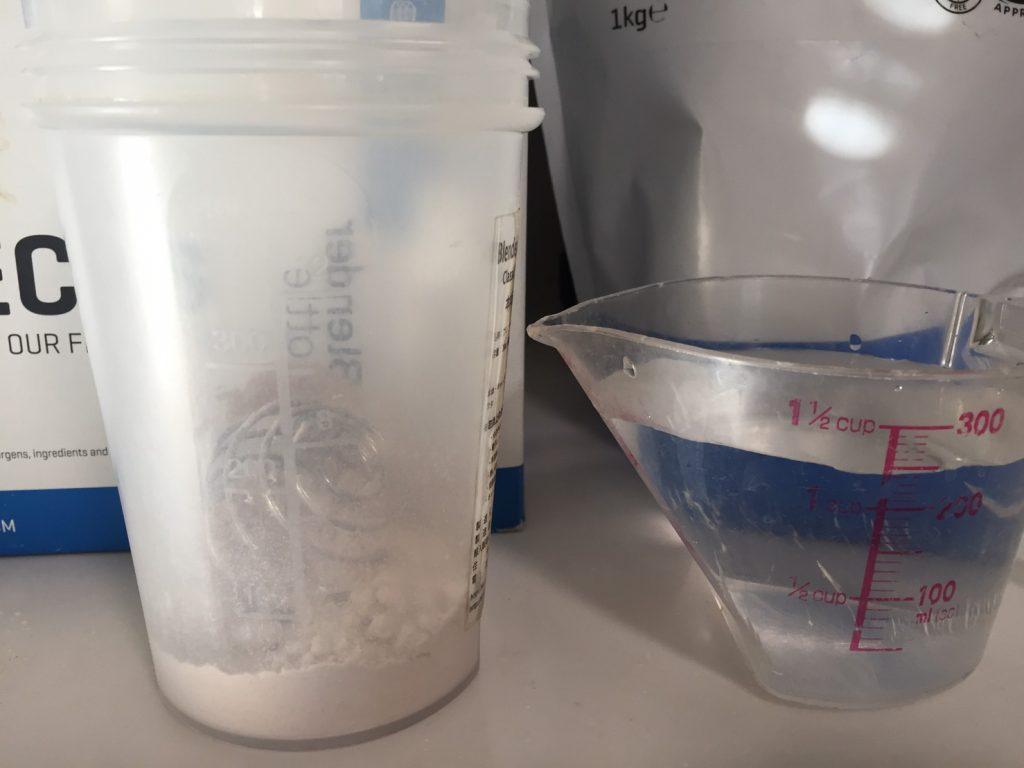 カゼインミセル「CHOCOLATE FALVOUR(チョコレート味)」を250mlの水を溶かしていきます。