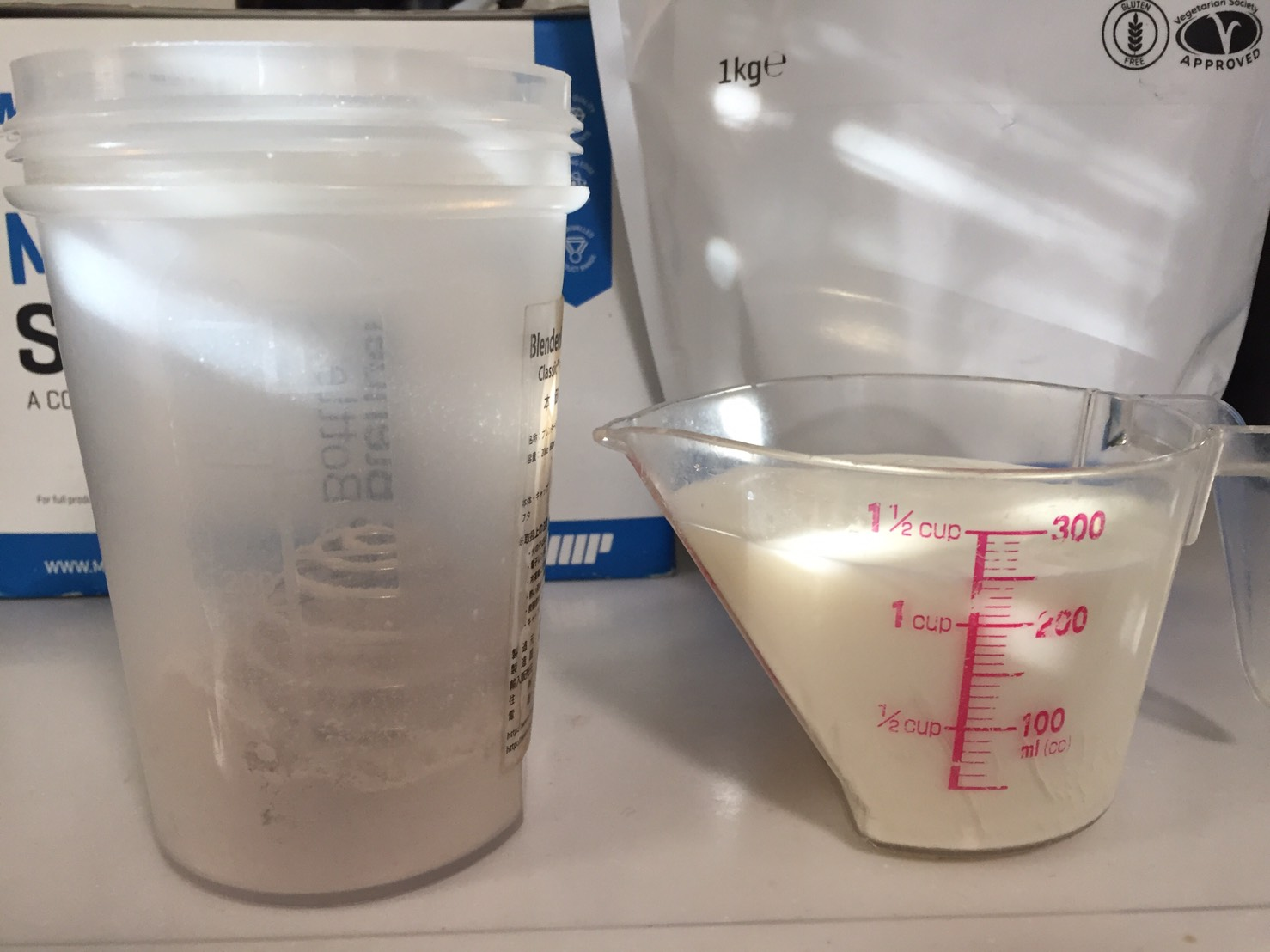 カゼインミセル「CHOCOLATE FALVOUR(チョコレート味)」を250mlの牛乳に溶かしていきます。