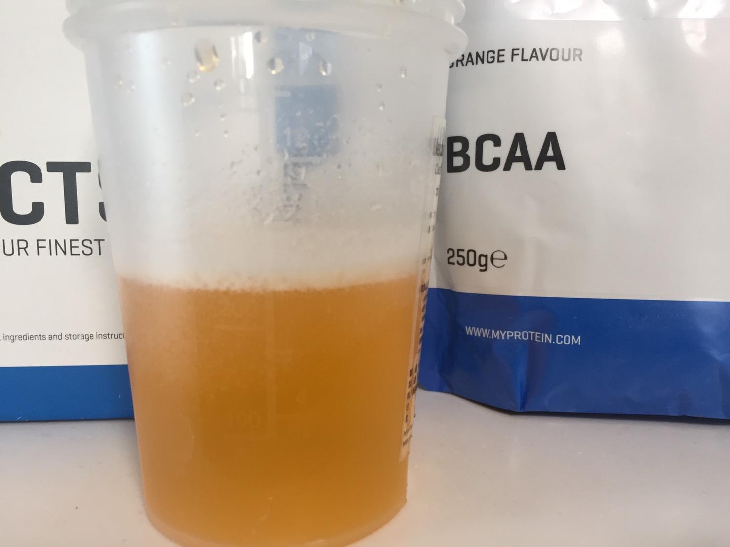 BCAA「オレンジ味(ORANGE FLAVOUR)」を横から撮影した様子