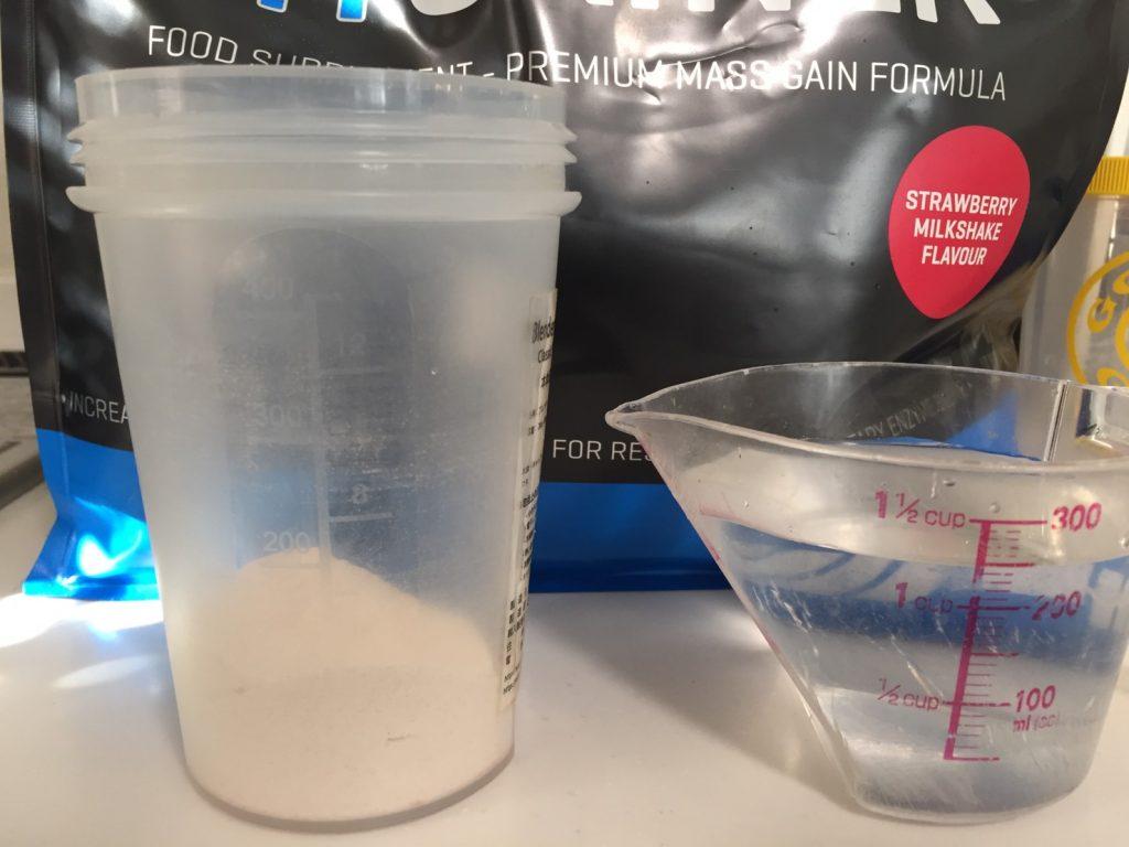 MYGAINER(マイゲイナー)「STRAWBERRY MILKSHAKE FALVOUR(ストロベリーミルクシェイク味)」を250mlの水に溶かします。