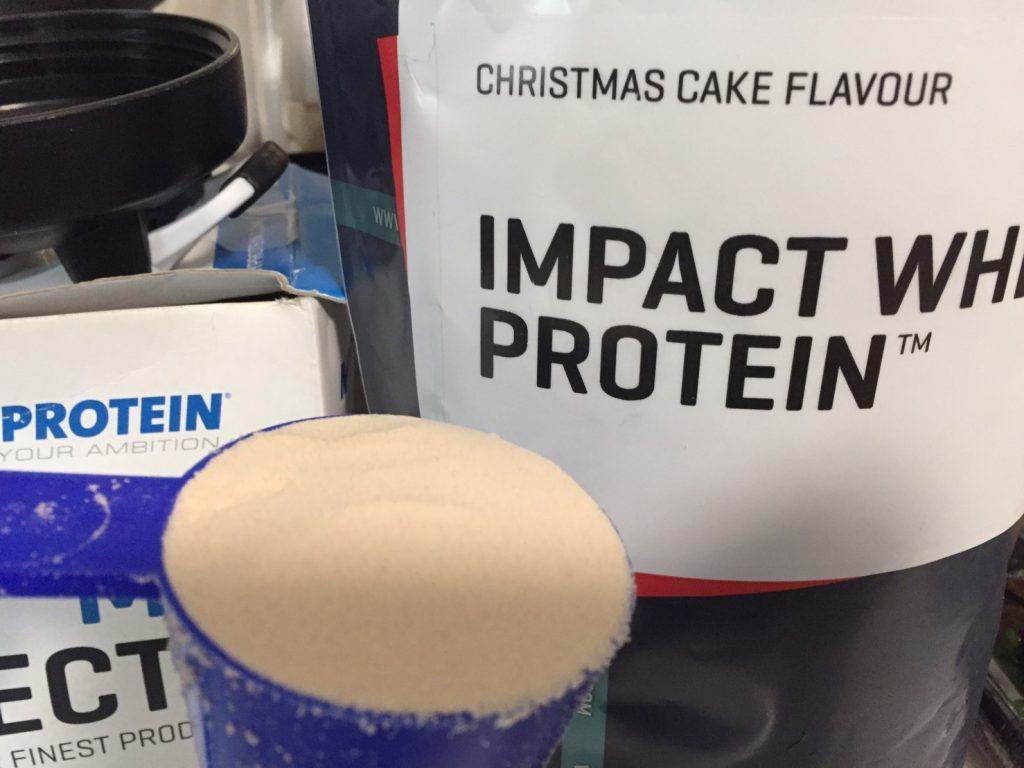【WPC】Impactホエイプロテイン「CHRISTMAS CAKE FLAVOUR(クリスマスケーキ味)」の様子