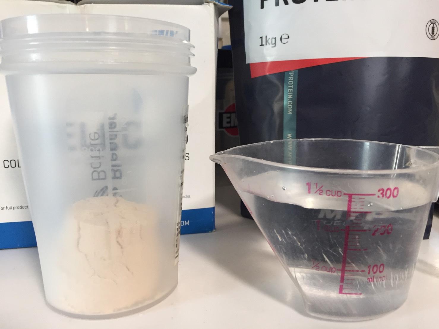 【WPC】Impactホエイプロテイン「CHRISTMAS CAKE FLAVOUR(クリスマスケーキ味)」を250mlの水に溶かします。