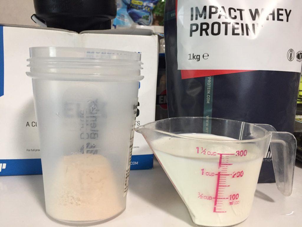 【WPC】Impactホエイプロテイン「CHRISTMAS CAKE FLAVOUR(クリスマスケーキ味)」に250mlの牛乳を溶かします。