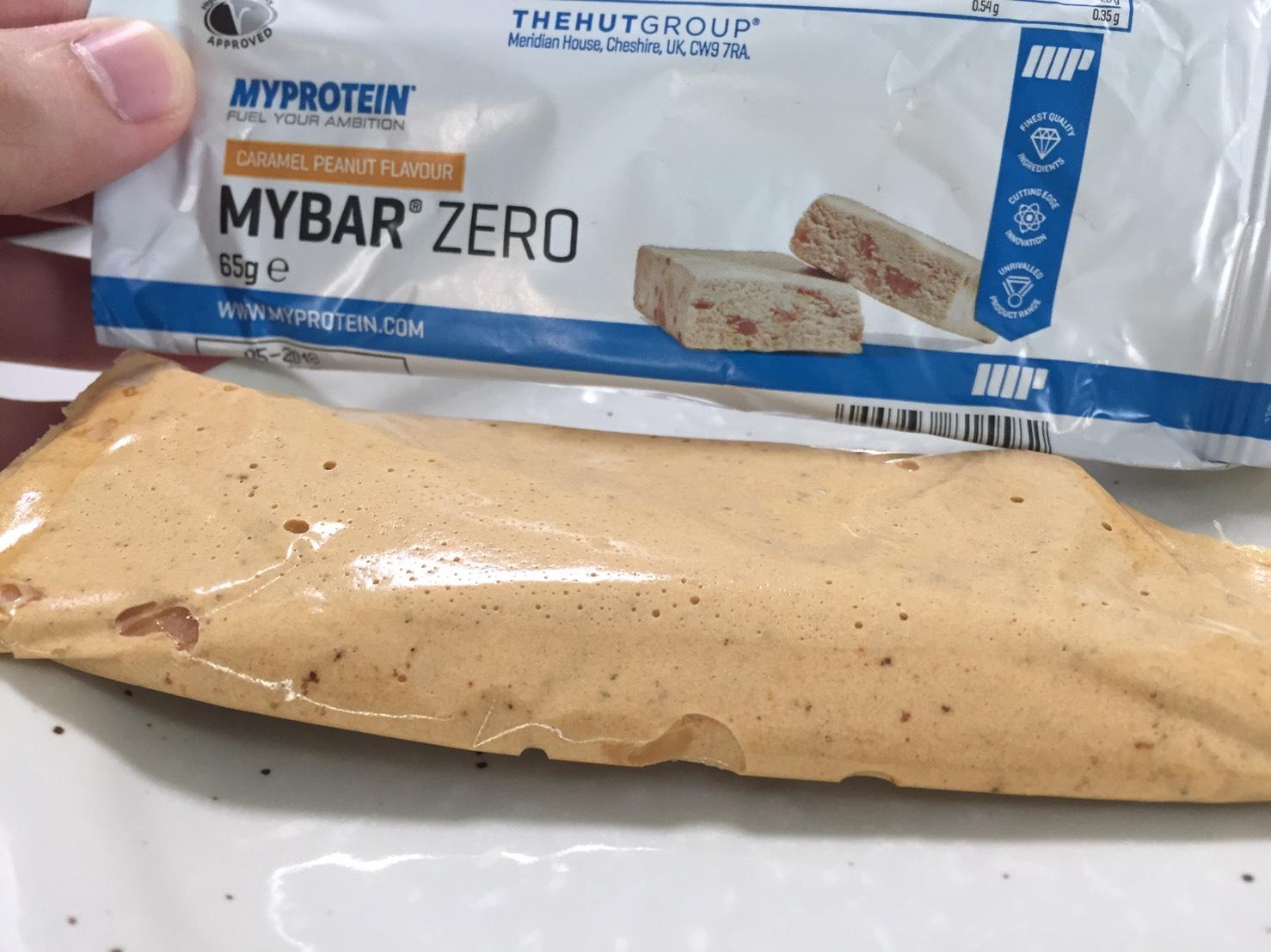 MY BAR ZERO(マイバー・ゼロ)「CARAMEL PEANUT FLAVOUR(キャラメルピーナッツ味)」を開封した様子