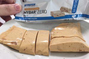 MY BAR ZERO(マイバー・ゼロ)「CARAMEL PEANUT FLAVOUR(キャラメルピーナッツ味)」を包丁で切った断面の様子