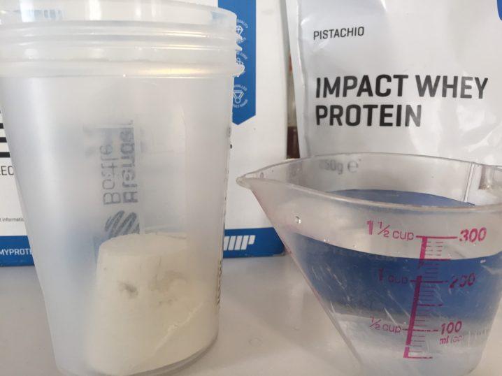 【WPC】Impactホエイプロテイン「PISTACHIO(ピスタチオ味)」を250mlの水に溶かします