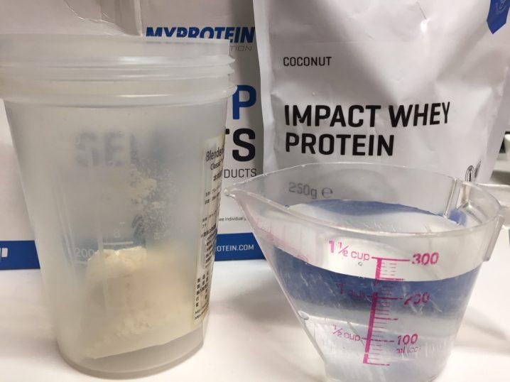 【WPC】Impactホエイプロテイン「COCONUT(ココナッツ味)」を250mlの水に溶かします