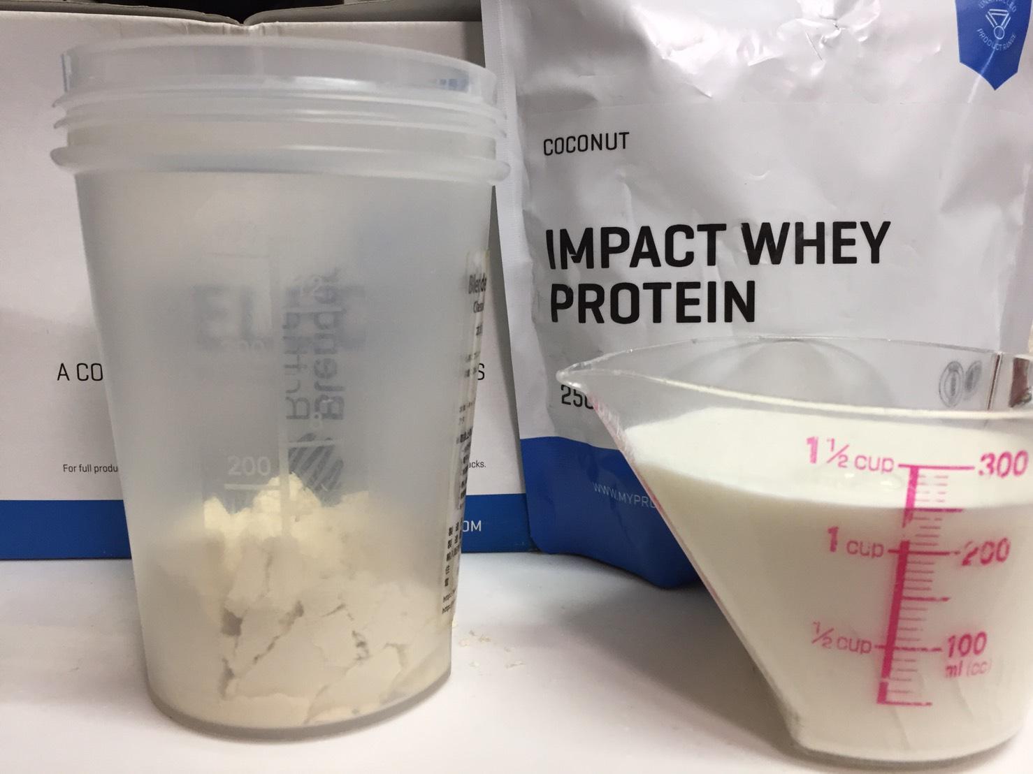 【WPC】Impactホエイプロテイン「COCONUT(ココナッツ味)」を250mlの牛乳に溶かします。