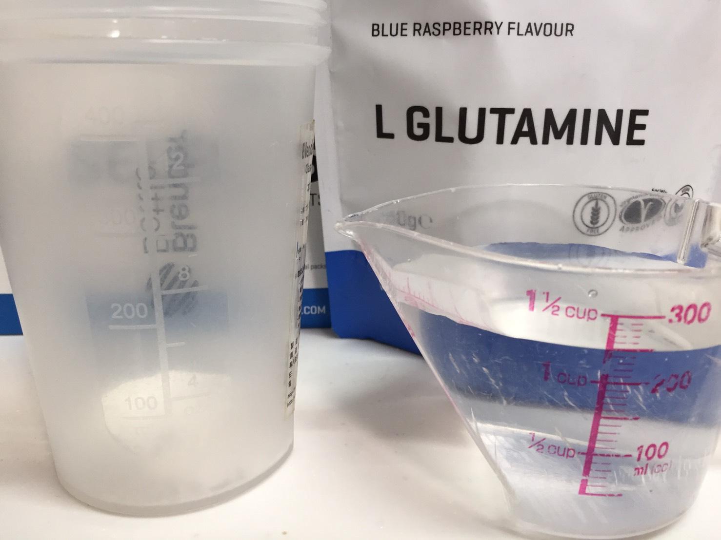 L-グルタミン「BLUE RASPBERRY FLAVOUR(ブルーラズベリー味)」を250mlの水に溶かします。