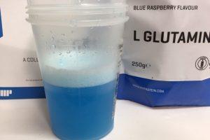 L-グルタミン「BLUE RASPBERRY FLAVOUR(ブルーラズベリー味)」を横から撮影した様子