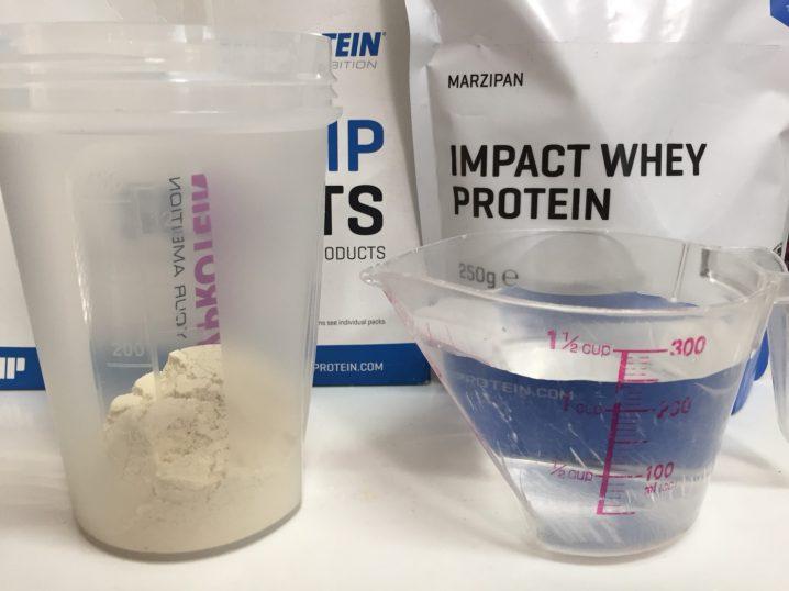 【WPC】Impactホエイプロテイン「MARZIPAN(マジパン味・マルチパン味)」を250mlの水に溶かします。