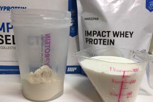【WPC】Impactホエイプロテイン「MARZIPAN(マジパン味・マルチパン味)」を250mlの牛乳に溶かします。