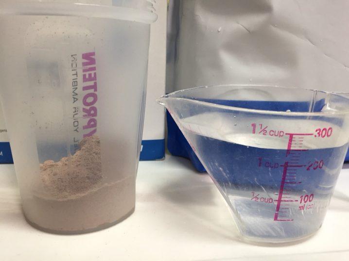 【WPI】IMPACT 分離ホエイプロテイン (アイソレート)「NATURAL CHOCOLATE FLAVOUR(ナチュラルチョコレート味)」に250mlの水を入れます