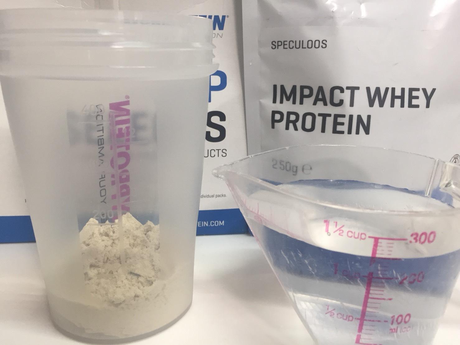 【WPC】Impactホエイプロテイン「SPECULOOS(スペキュラース味)」を250mlの水に溶かします。