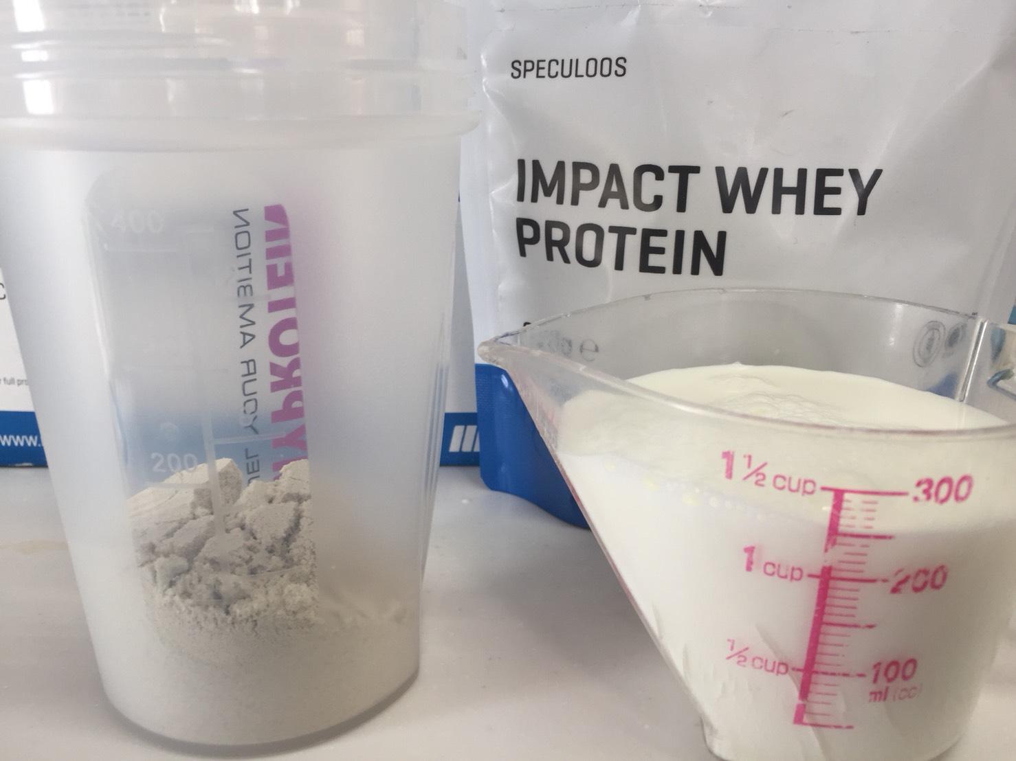【WPC】Impactホエイプロテイン「SPECULOOS(スペキュラース味)」を250mlの牛乳に溶かします。