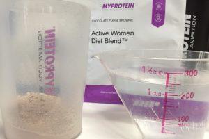 Active Women Diet Blend(アクティブウーマンダイエットブレンド)「CHOCOLATE FUDGE BROWNIE(チョコレート味)」を250mlの水に溶かします