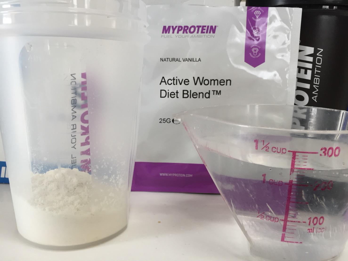 Active Women Diet Blend(アクティブウーマンダイエットブレンド)「NATURAL VANILLA(ナチュラルバニラ味)」を250mlの水に溶かします