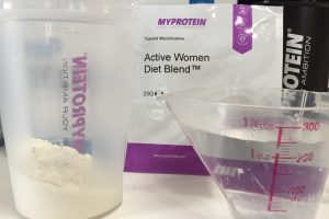 Active Women Diet Blend(アクティブウーマンダイエットブレンド)「Tosted Marshmallow(トーストマシュマロ味)」を250mlの水に溶かします
