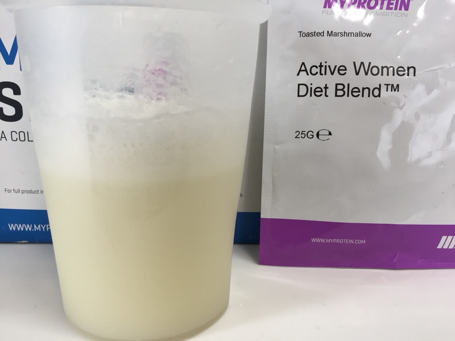 Active Women Diet Blend(アクティブウーマンダイエットブレンド)「Tosted Marshmallow(トーストマシュマロ味)」を横から撮影した様子