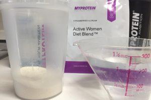 Active Women Diet Blend(アクティブウーマンダイエットブレンド)「STRAWBERRIES & CREAM(ストロベリー&クリーム味)」に250mlの水を注ぎます