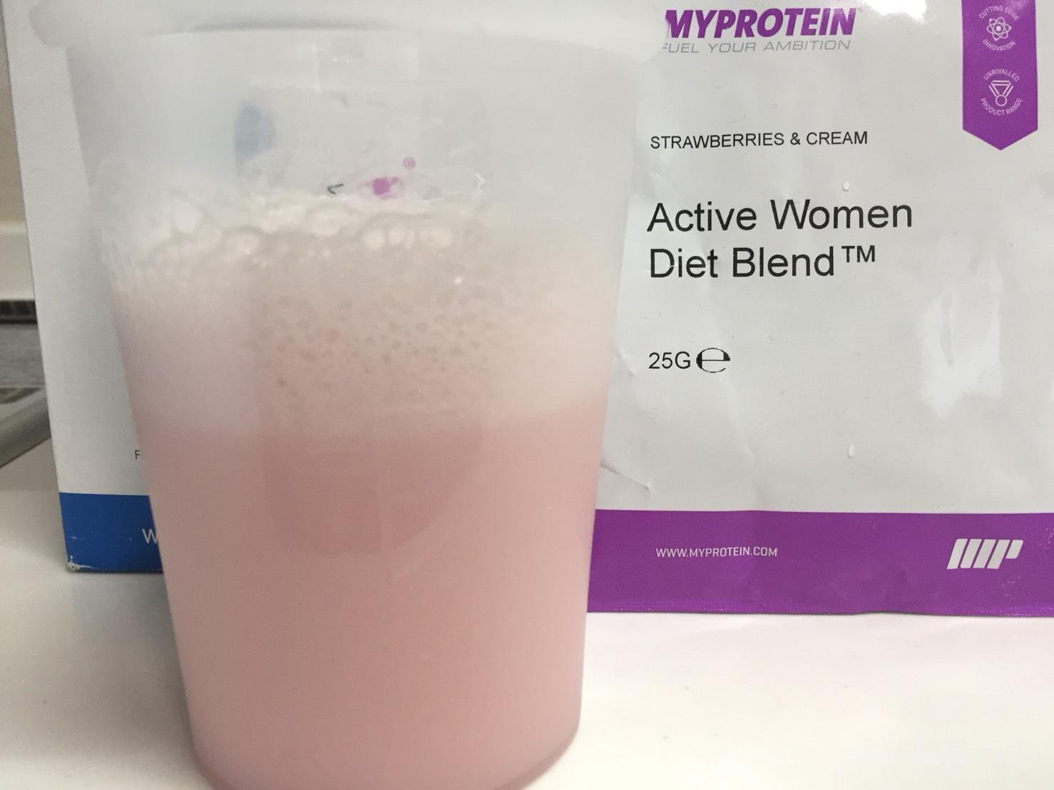 Active Women Diet Blend(アクティブウーマンダイエットブレンド)「STRAWBERRIES & CREAM(ストロベリー&クリーム味)」を横から撮影した様子