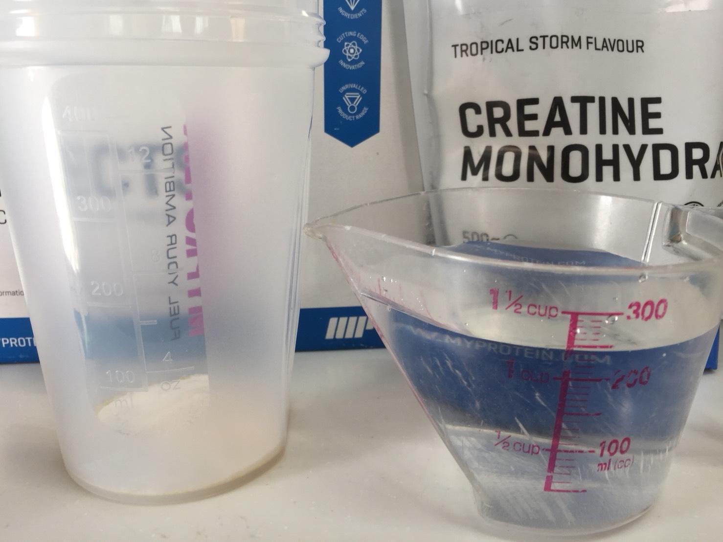クレアチン一水和物粉末-TROPICAL STORM FLAVOUR(トロピカル味)を250mlの水に溶かします