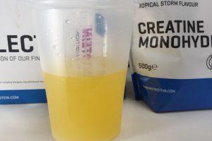 クレアチン一水和物粉末-TROPICAL STORM FLAVOUR(トロピカル味)を横から撮影した様子