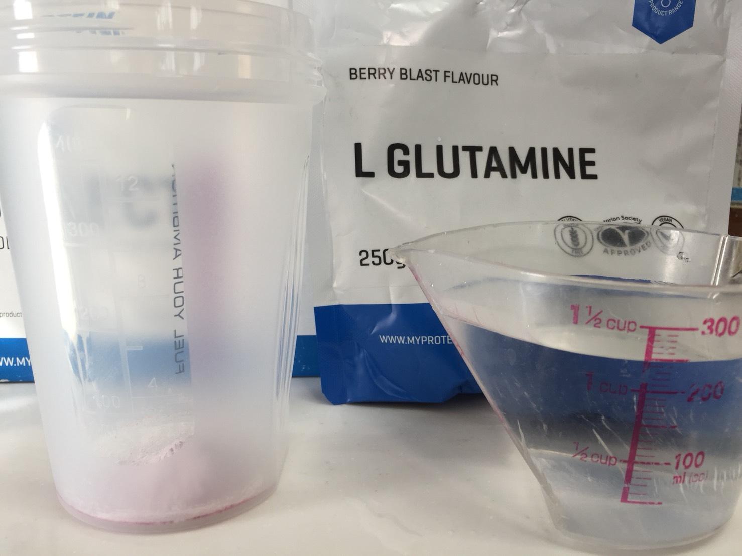L-グルタミン「BERRY BLAST FLAVOUR(ベリーブラスト味)」を250mlの水に溶かします