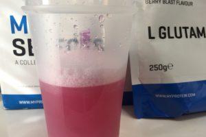 L-グルタミン「BERRY BLAST FLAVOUR(ベリーブラスト味)」を横から撮影した様子がこちら