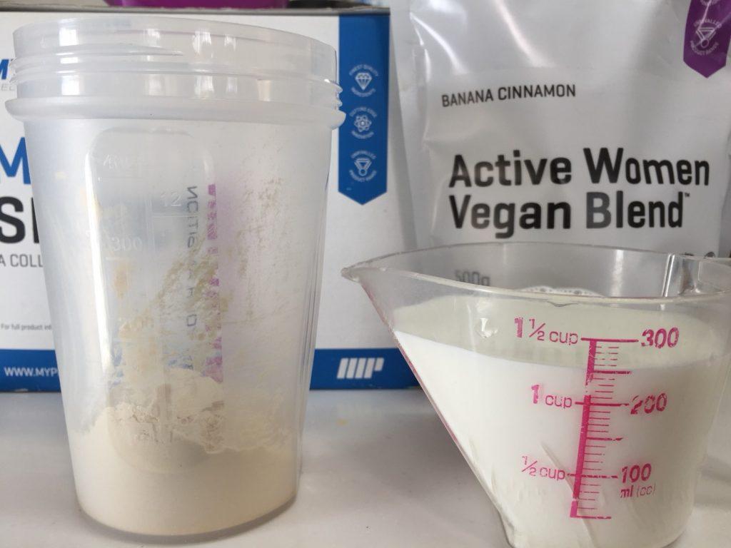 Active Women Vegan Blend(アクティブウーマンビーガンブレンド)「BANANA CINNAMON(バナナシナモン味)」を250mlの牛乳に溶かします