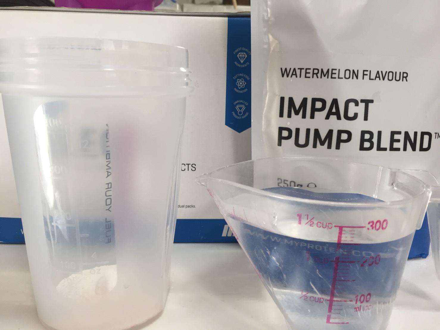 IMPACT パンプブレンド「WATERMELON FLAVOUR(スイカ味)」を250mlの水に溶かします