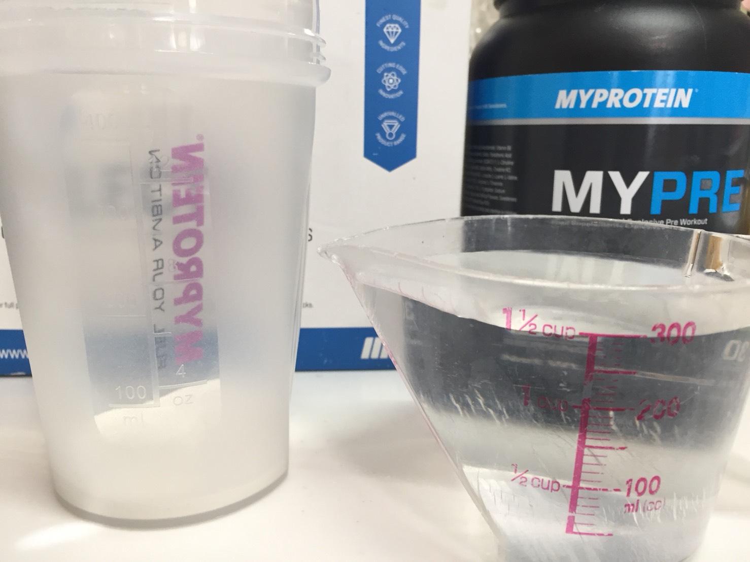 Mypre(マイプレ)の「Sour Apple Flavour(サワーアップル味)」を300mlの水に溶かします