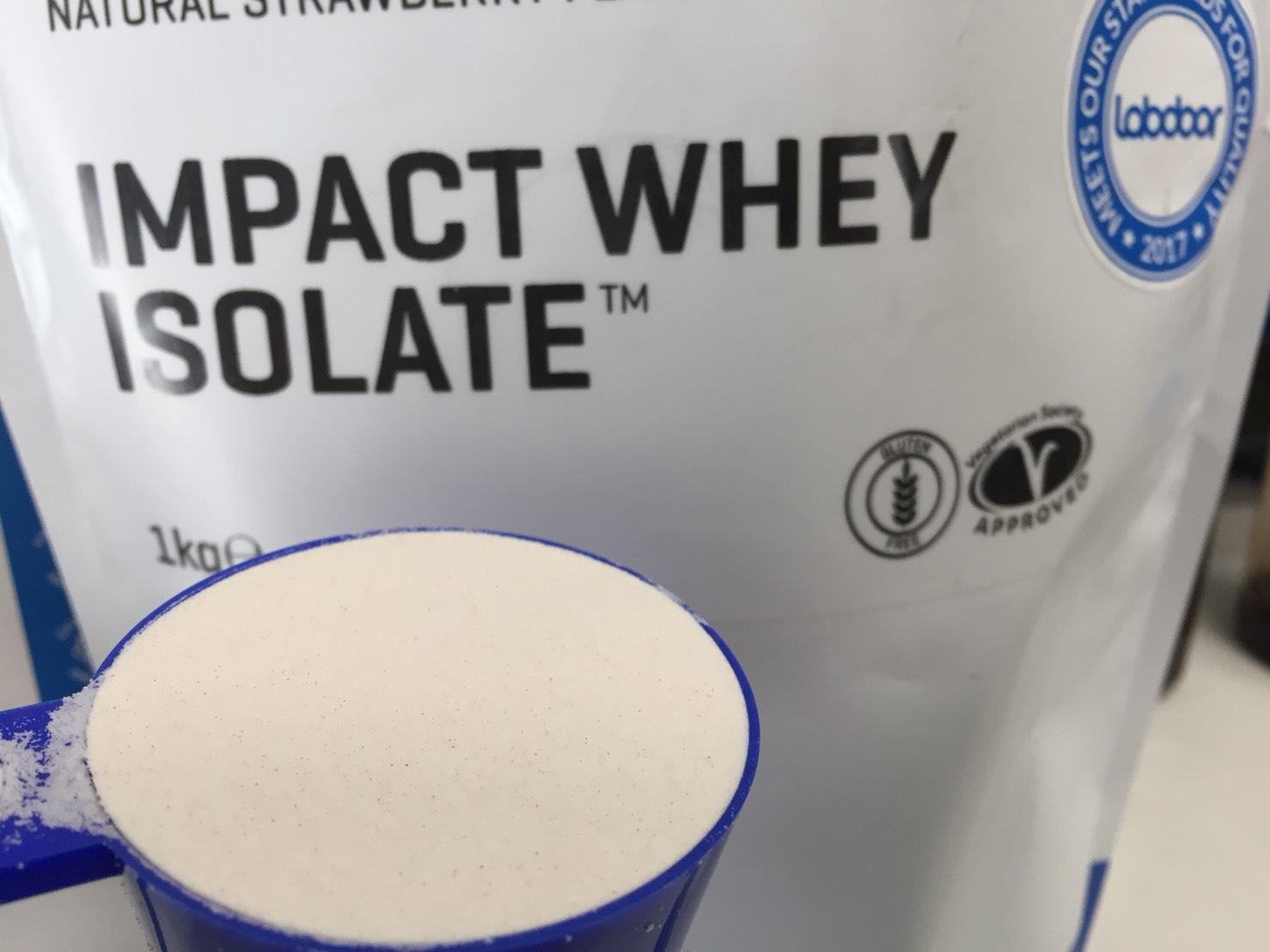 【WPI】IMPACT 分離ホエイプロテイン (アイソレート)「NATURAL STRAWBERRY FLAVOUR(ナチュラルストロベリー味)」の様子