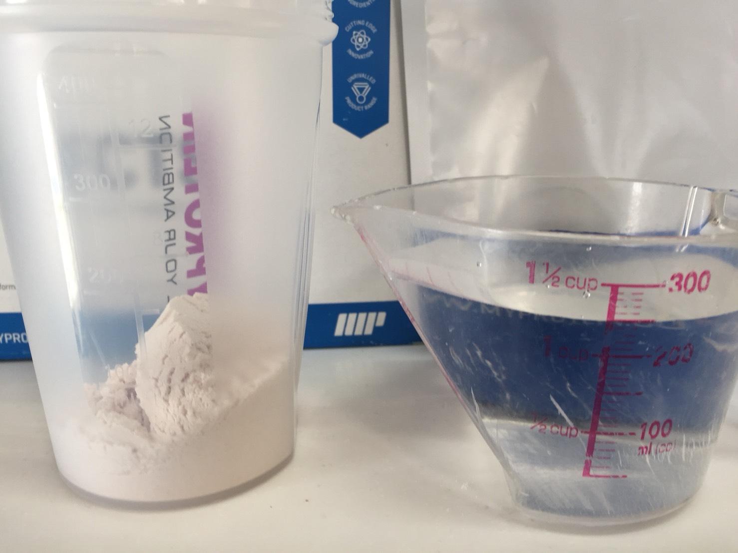 【WPI】IMPACT 分離ホエイプロテイン (アイソレート)「NATURAL STRAWBERRY FLAVOUR(ナチュラルストロベリー味)」を250mlの水に溶かします。