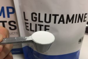 マイプロテイン「L-GLUTAMINE ELITE(グルタミンエリート)」の様子