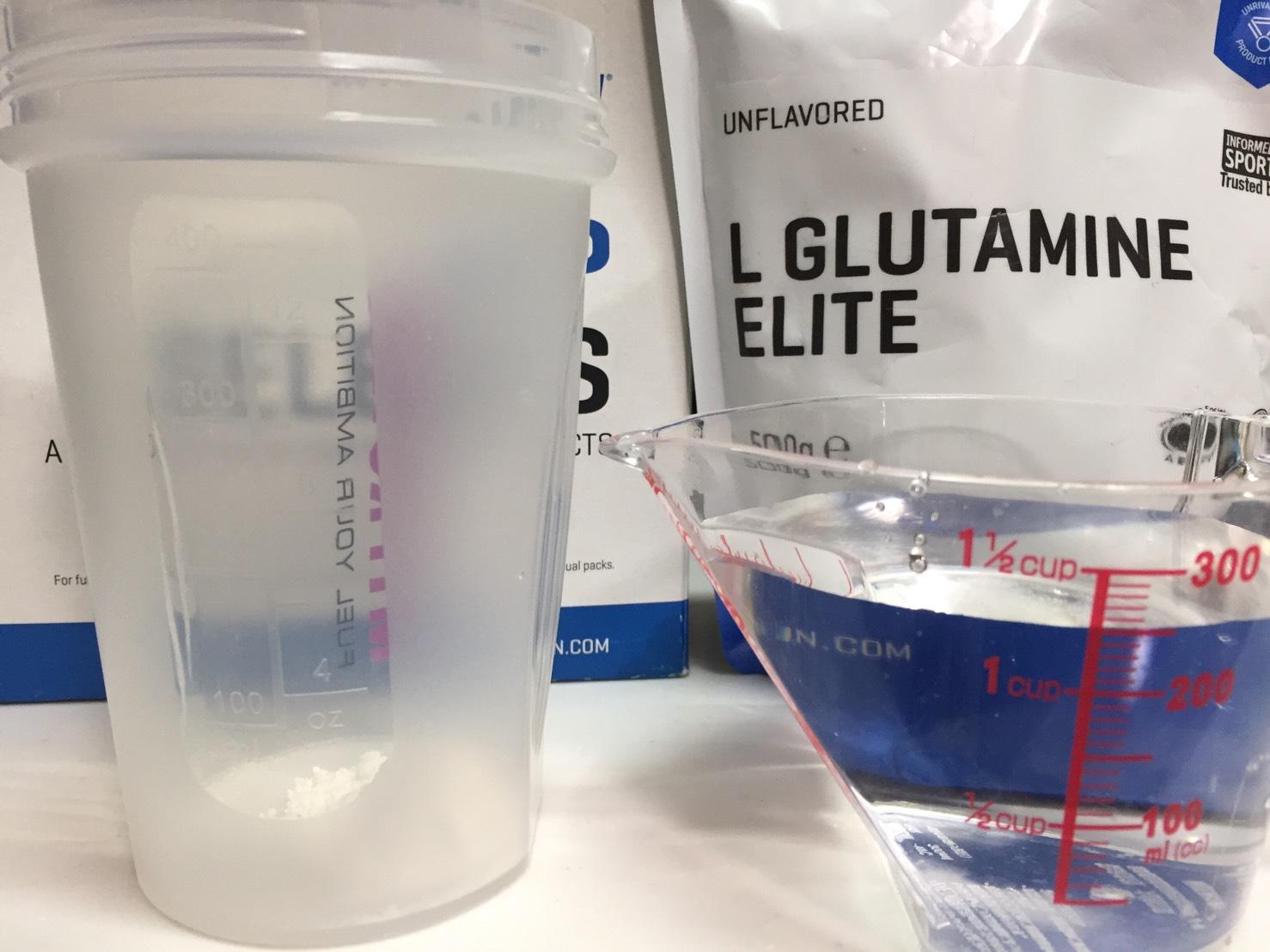マイプロテイン「L-GLUTAMINE ELITE(グルタミンエリート)」を250mlの水に溶かします。