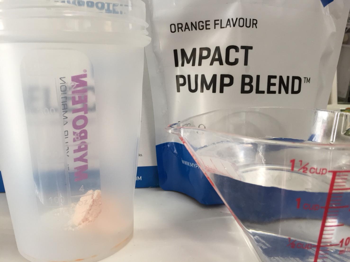 IMPACTパンプブレンド「ORANGE FLAVOUR(オレンジ味)」を250mlの水に溶かします