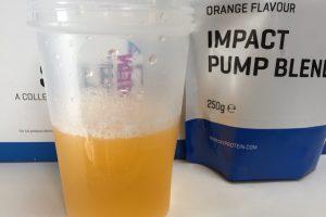 IMPACTパンプブレンド「ORANGE FLAVOUR(オレンジ味)」を横から撮影した様子