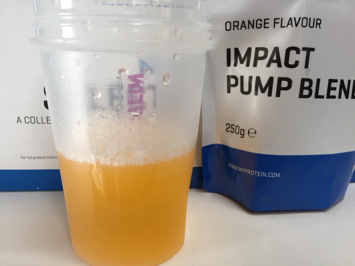 マイプロテインのIMPACT PUMP BLEND(インパクトパンプブレンド)「ORANGE FLAVOUR(オレンジ味)」をレビュー。果汁30%のオレンジジュースのような味。癖のない味で飲みやすい。