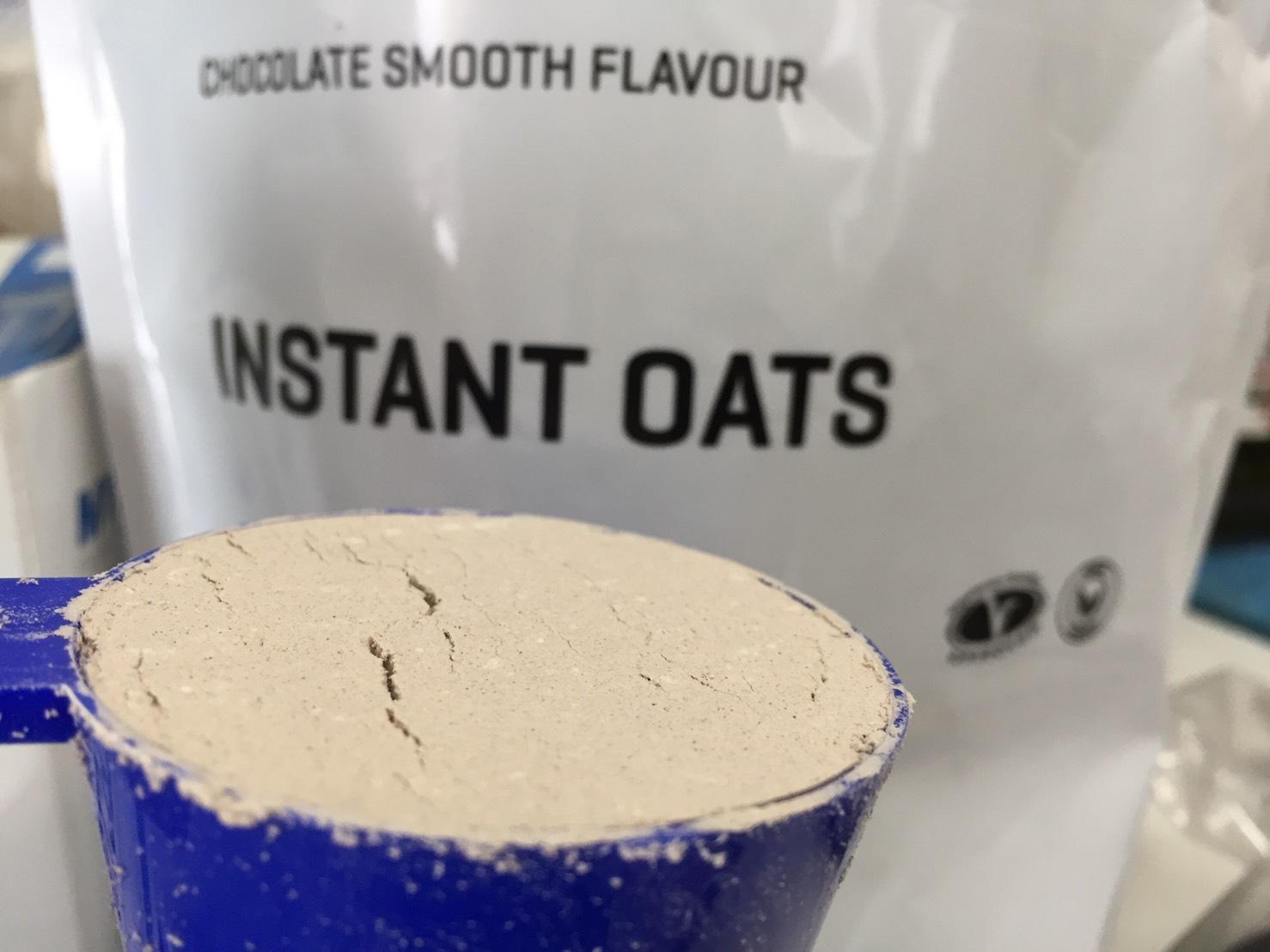 INSTANT OATS(インスタントオーツ)「CHOCOLATE SMOOTH FLAVOUR(チョコレートスムース味)」をスプーン摺り切り一杯にした様子