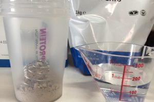 INSTANT OATS(インスタントオーツ)「CHOCOLATE SMOOTH FLAVOUR(チョコレートスムース味)」を150mlの水に溶かします。
