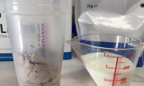 INSTANT OATS(インスタントオーツ)「CHOCOLATE SMOOTH FLAVOUR(チョコレートスムース味)」を150mlの牛乳に溶かします