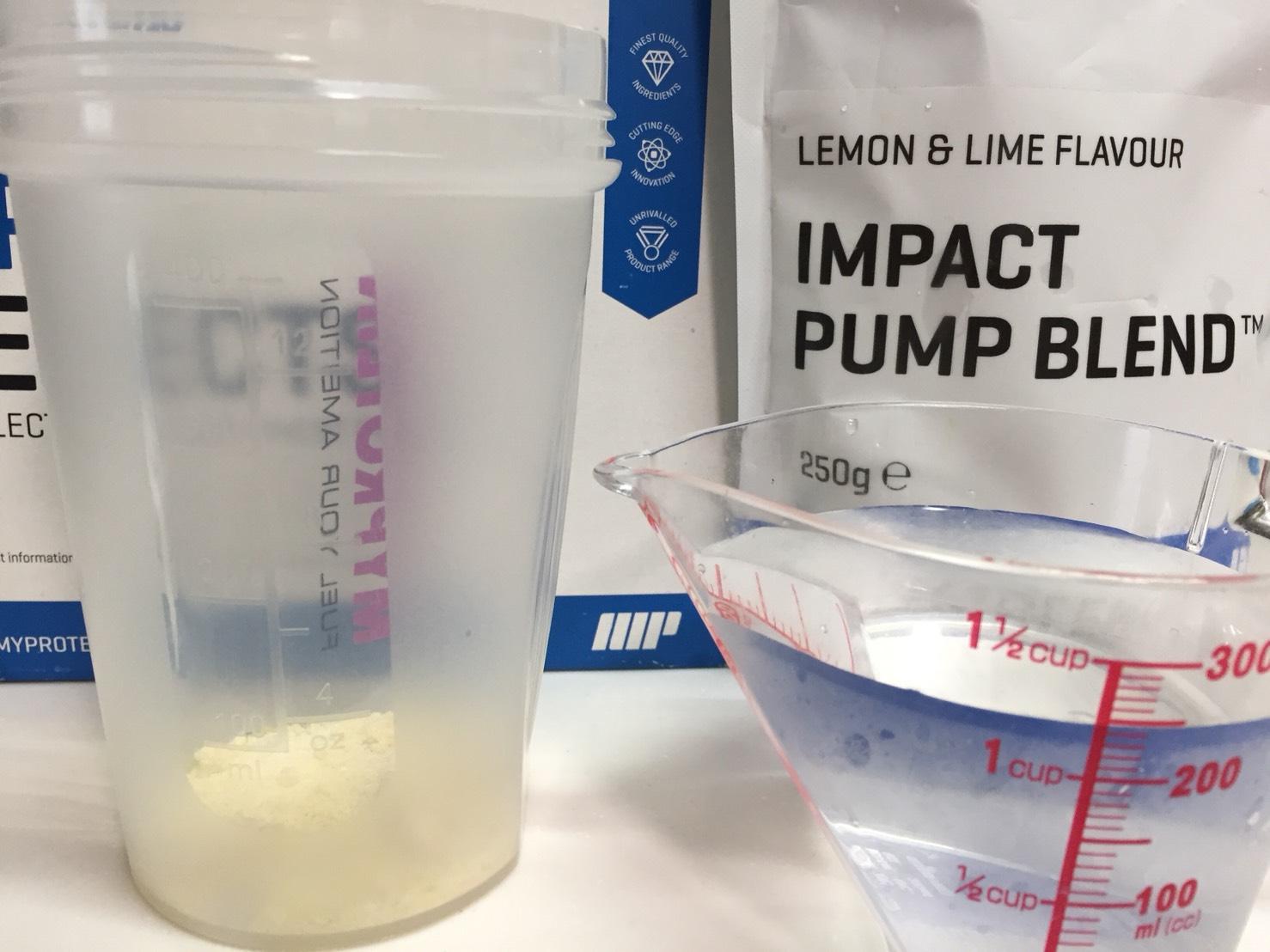 IMPACTパンプブレンド「LEMON & LIME FLAVOUR(レモン&ライム味)」を250mlの水に溶かします