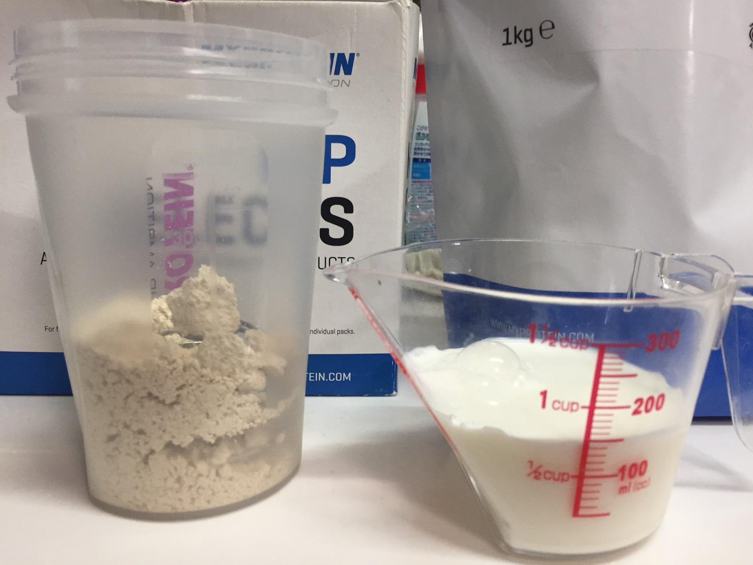 INSTANT OATS(インスタントオーツ)「BANANA FLAVOUR(バナナ味)」を150mlの牛乳に溶かします。