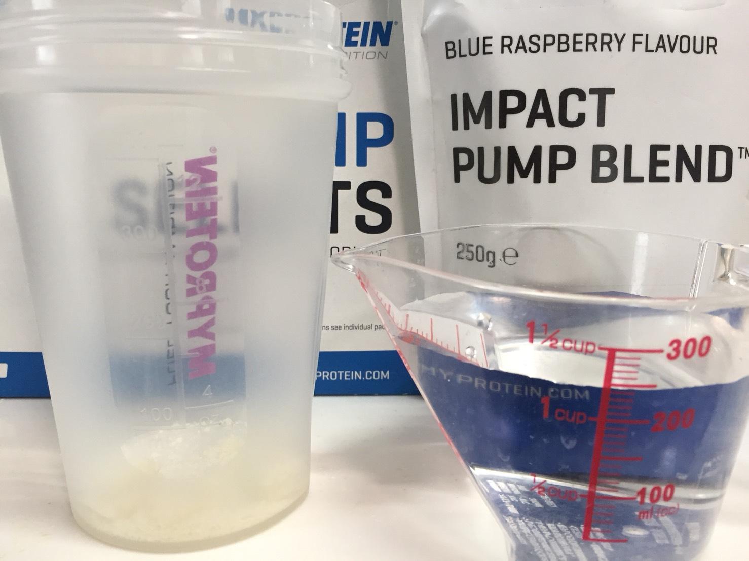 IMPACTパンプブレンド「BLUE RASPBERRY FLAVOUR(ブルーラズベリー味)」を250mlの水に溶かしていきます。
