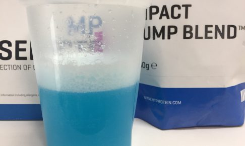 IMPACTパンプブレンド「BLUE RASPBERRY FLAVOUR(ブルーラズベリー味)」を横から撮影した様子がこちら。