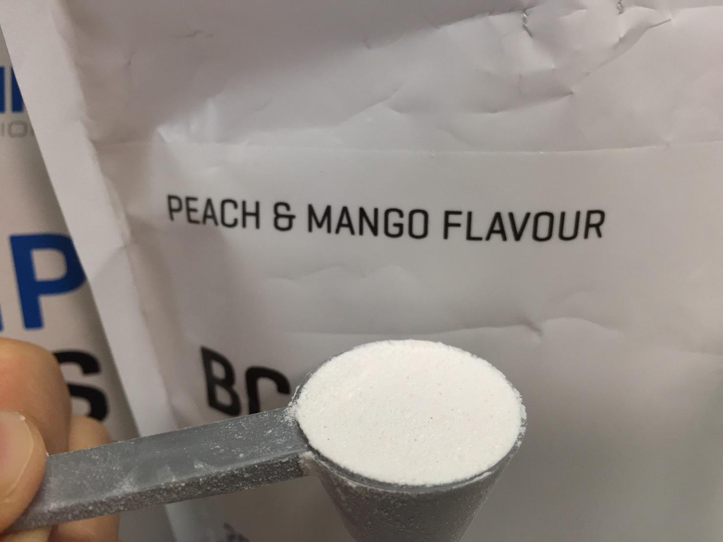 BCAA「ピーチ&マンゴー味(PEACH & MANGO FLAVOUR)」のスプーン摺り切り一杯の様子