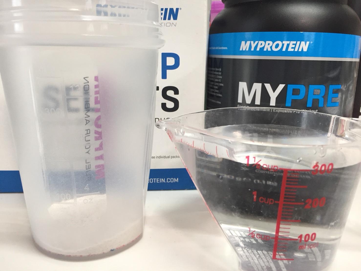 MYPRE(マイプレ)「Raspberry Lemonade Flavour(ラズベリーレモネード味)」を300mlの水に溶かします