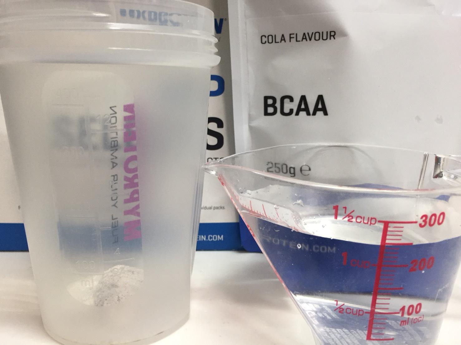 BCAA「コーラ味(COLA FLAVOUR)」を250mlの水に溶かします。